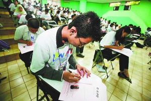 Sekitar 250 mahasiswa mengikuti seleksi daerah Olimpiade Sains Nasional Perguruan Tinggi Se-Indonesia 2008 di Kampus Fakultas Matematika dan Ilmu Pengetahuan Alam (MIPA), Universitas Indonesia, Depok, Jawa Barat, Senin (3/11). Seleksi daerah dilaksanakan serentak di sejumlah perguruan tinggi di 31 provinsi dan diikuti sekitar 4.000 peserta dari 38 PTN dan 21 PTS untuk menuju ajang final pada Desember mendatang.